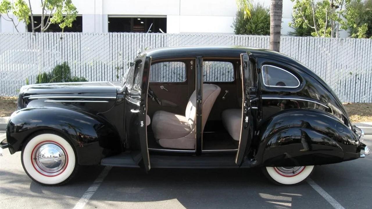 Автомобиль Ford Deluxe с заднепетельными дверями
