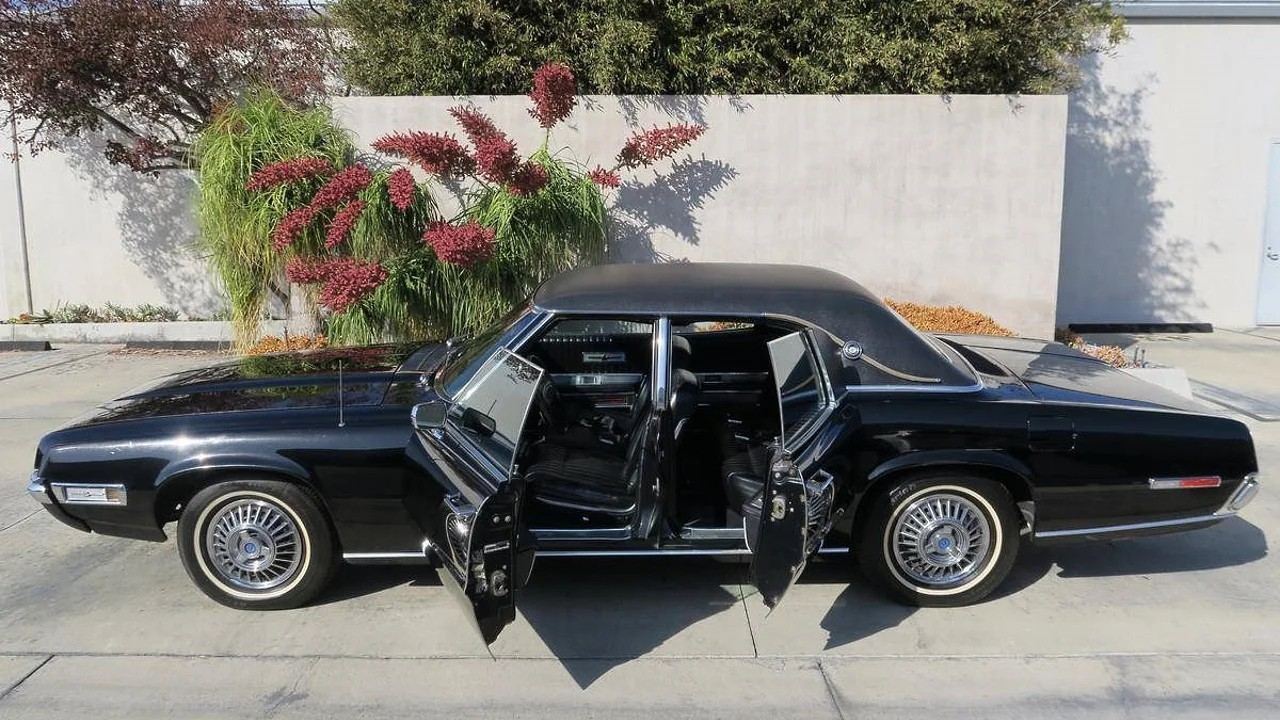 Автомобиль Ford Thunderbird с заднепетельными дверями