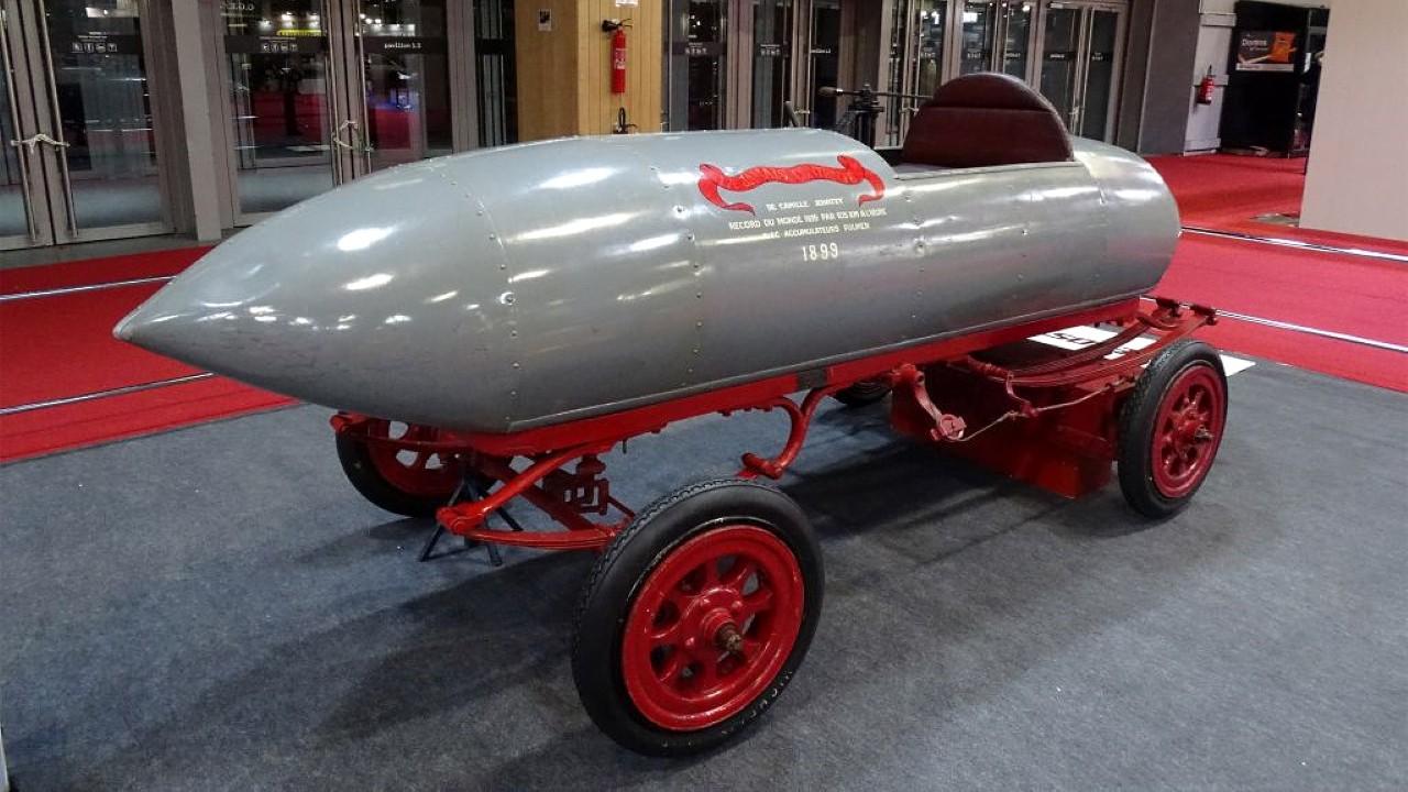 Первый автомобиль 100 км. / ч.