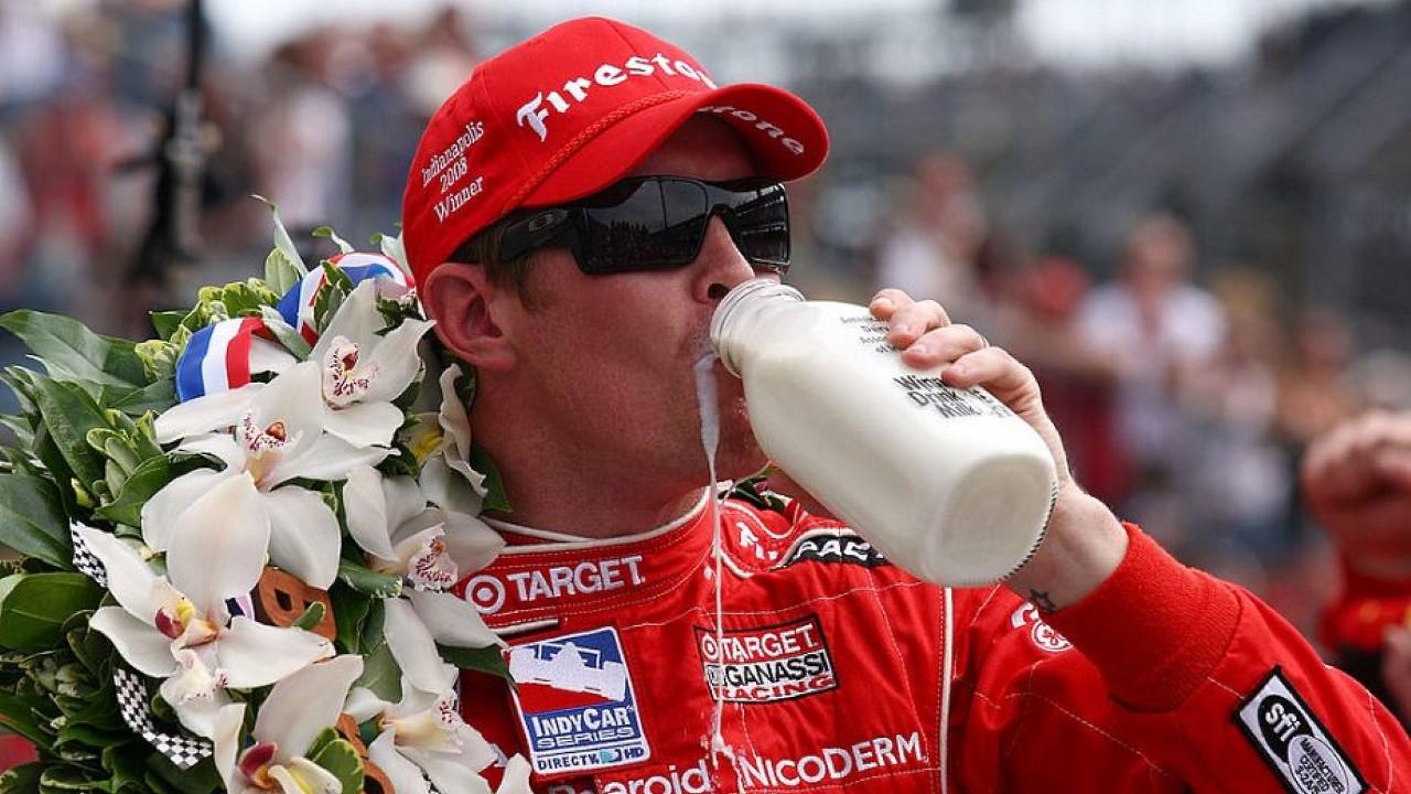 Победитель гонки Индианаполис 500 пьёт молоко