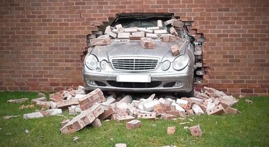 Автомобили, врезавшиеся в стену