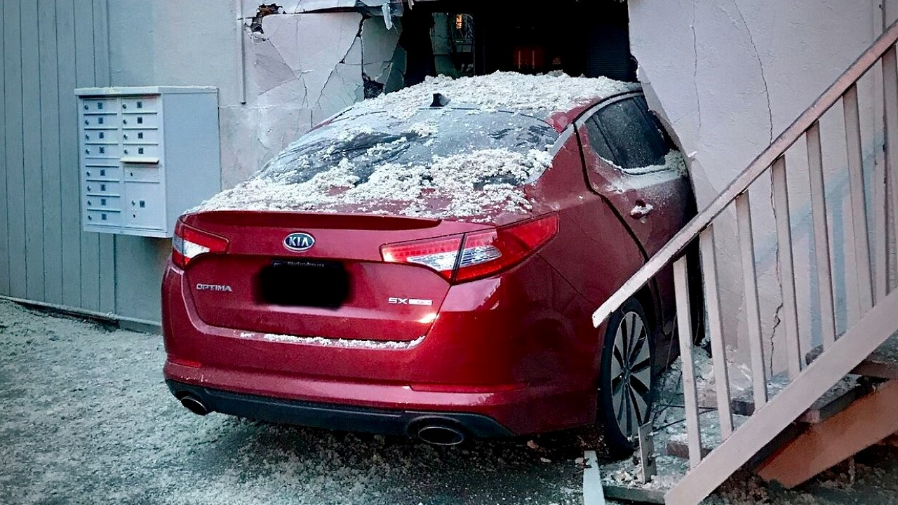 Автомобиль врезался в стену и проехал насквозь