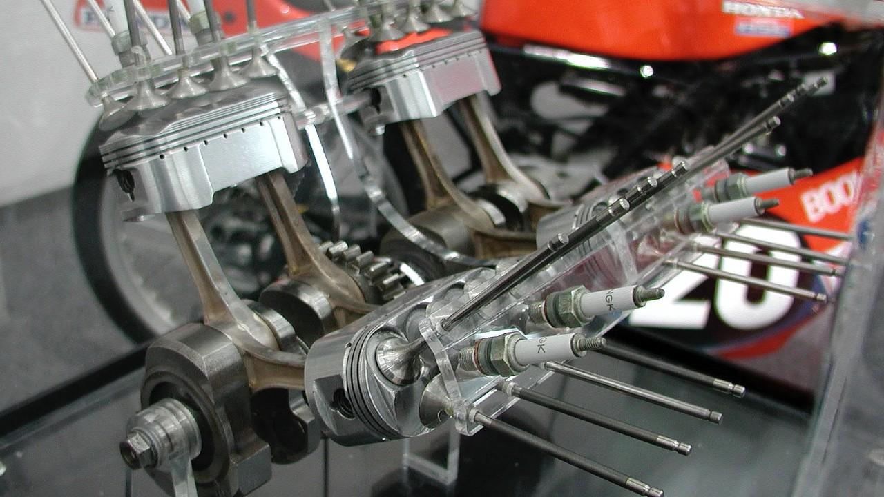 Овальные поршни двигателя Honda NR