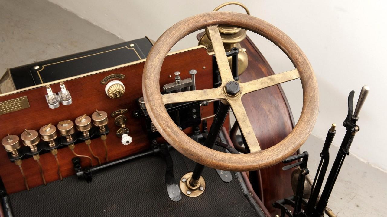 Первое в мире рулевое колесо в автомобиле Panhard 4 HP