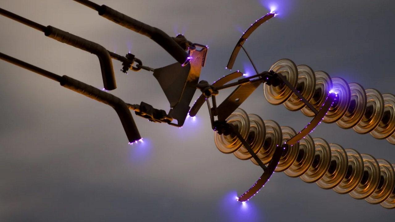 Коронный разряд на высоковольтной линии электропередач (ЛЭП)