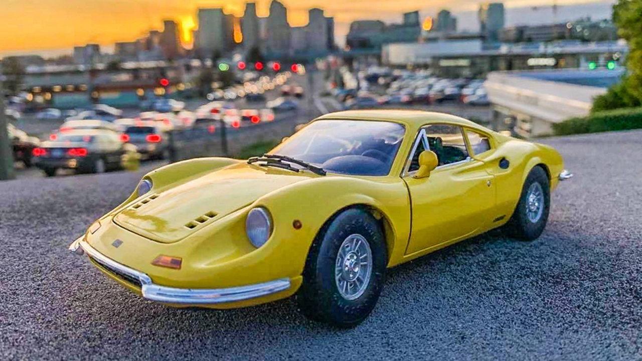 12-летний мальчик зарабатывает на фотографиях игрушечных автомобилей