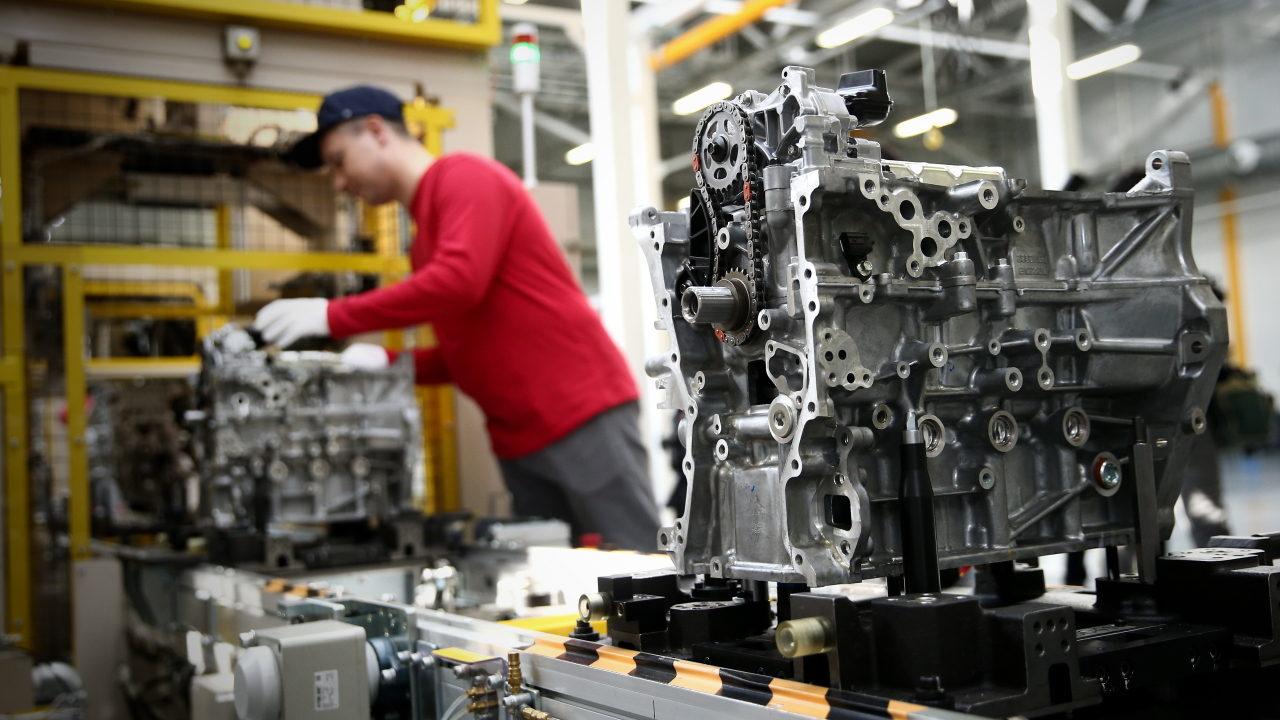 Сборка двигателя на заводе в России