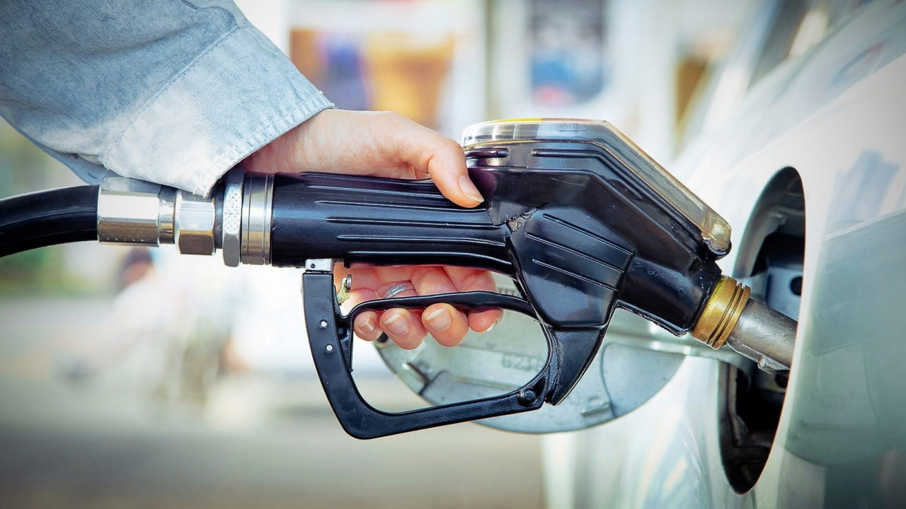 Заправка автомобиля топливом на АЗС