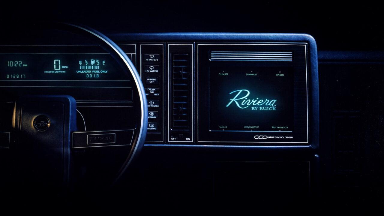 Первый сенсорный экран в автомобиле