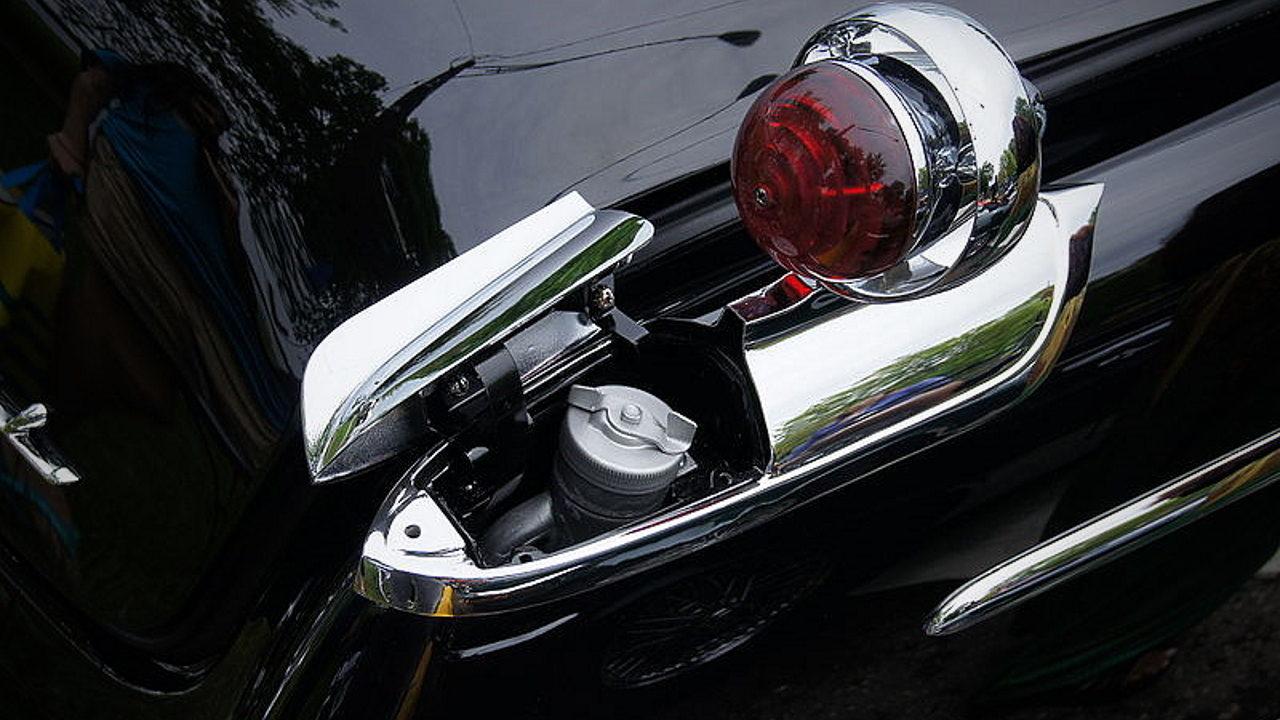 Необычная заливная горловина топливного бака автомобиля Imperial