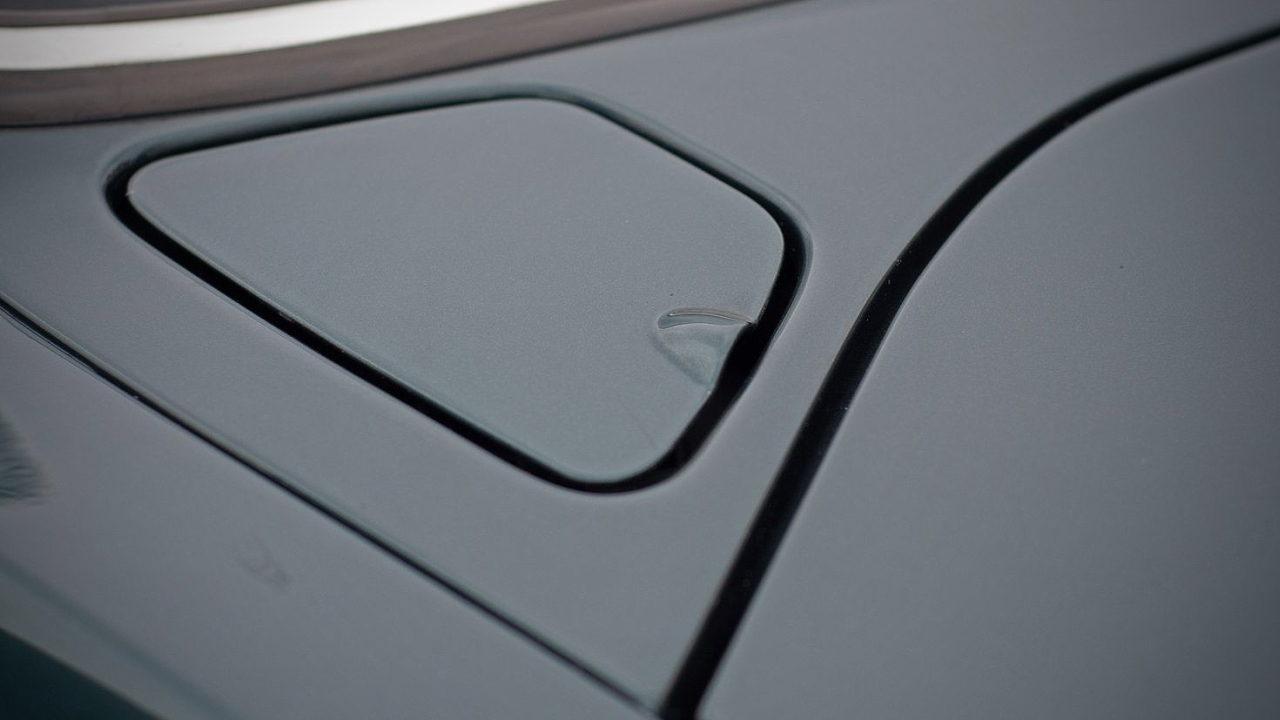 Необычная заливная горловина топливного бака автомобиля Jaguar XJ40