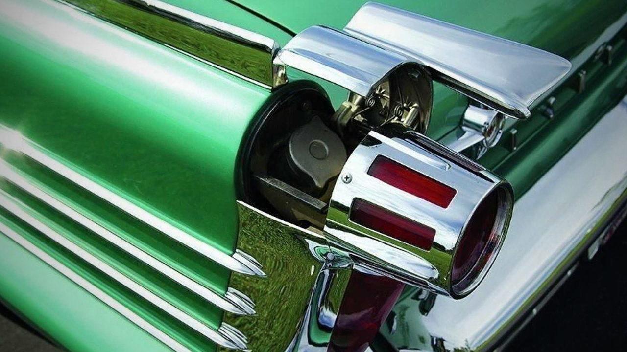 Необычная заливная горловина топливного бака автомобиля Oldsmobile Super 88 Convertible
