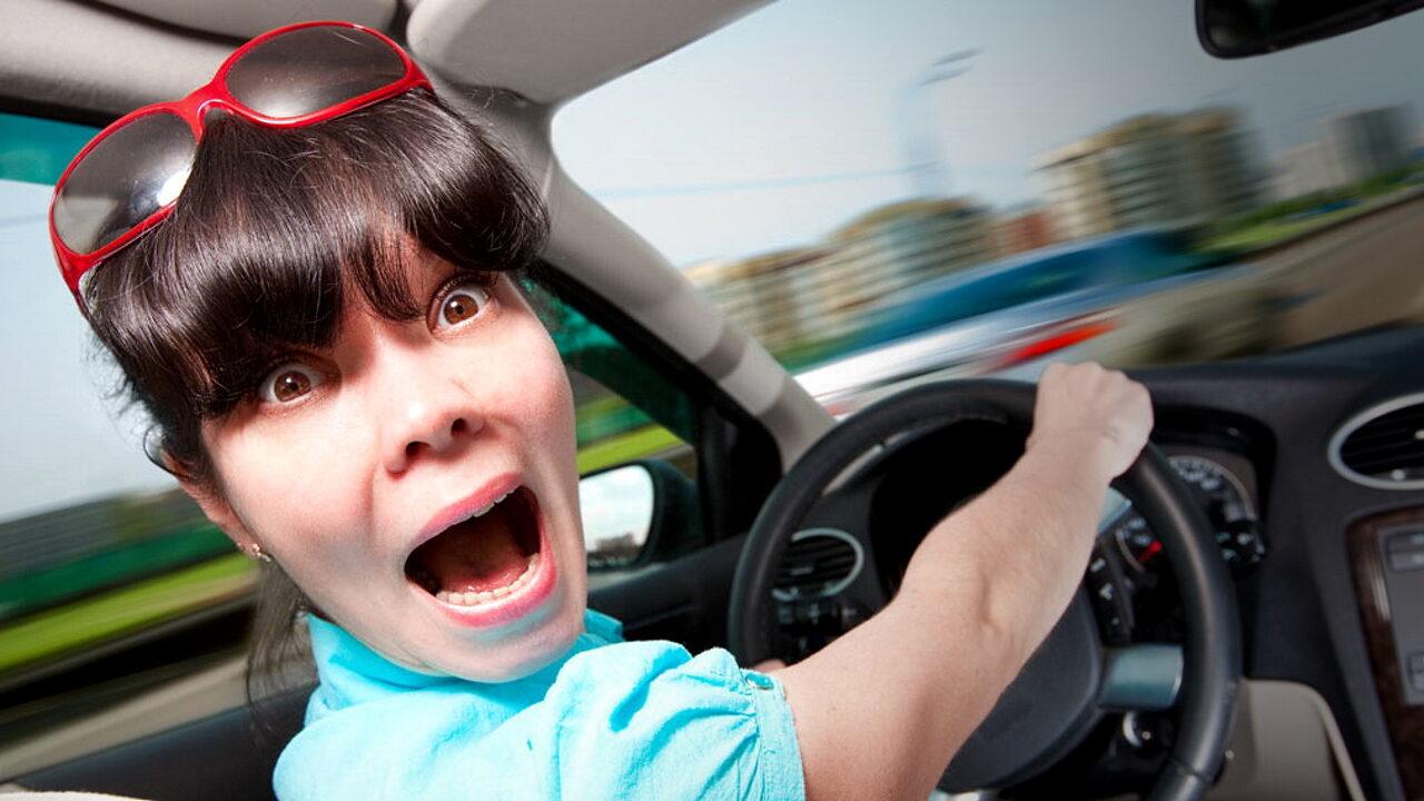 Испуганная отказом тормозов девушка за рулём автомобиля