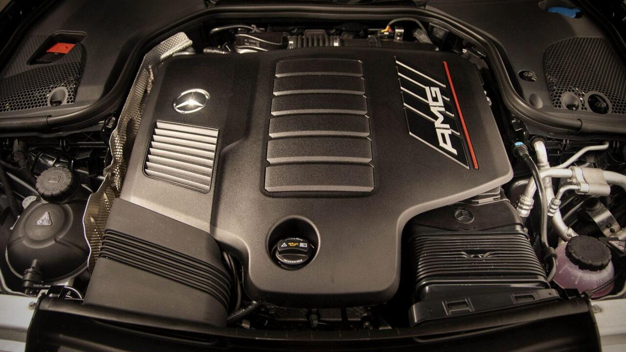 Пластиковый кожух на двигателе автомобиля.