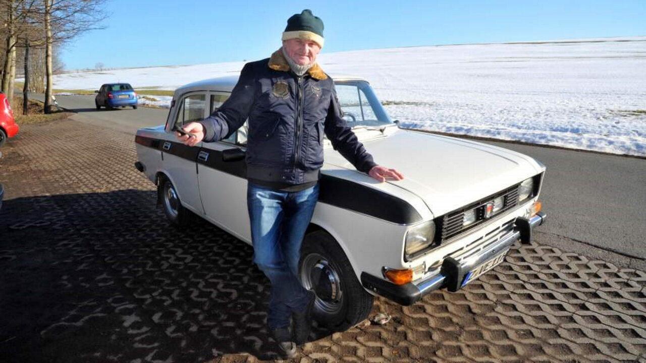 Герхард Шотт и его автомобиль Москвич-2140 с пробегом 1,0 млн. км.