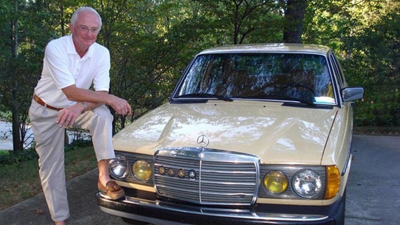 Пол Хармон и его автомобиль Mercedes-Benz 240D с пробегом 4,6 млн. км.