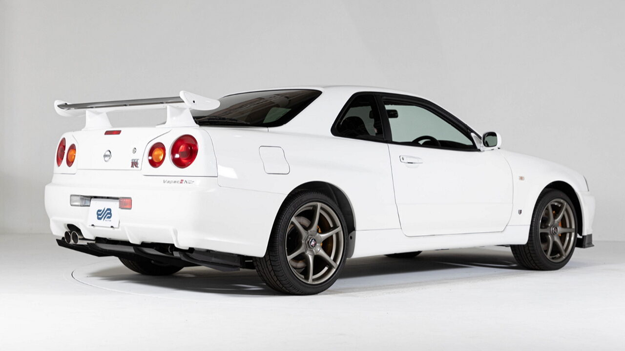В Японии продаётся редкий Nissan Skyline GT-R (R34) с пробегом всего 10 километров