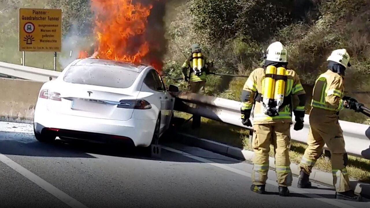 Tesla утверждает, что электромобили меньше подвержены возгоранию, чем автомобили с ДВС