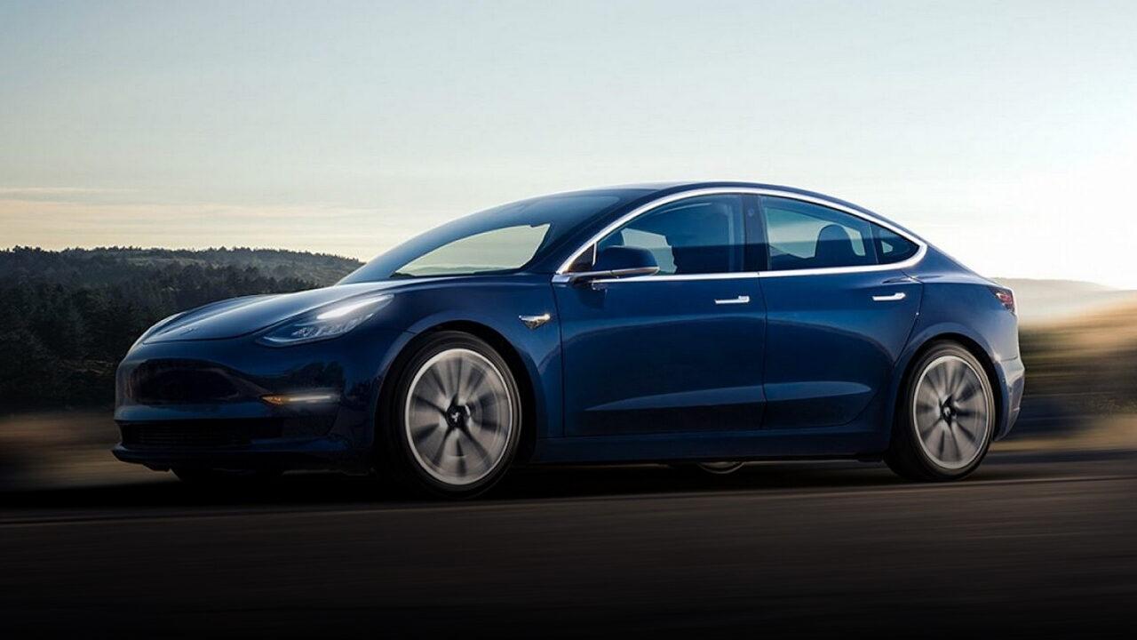 В Великобритании автомобиль Tesla Model 3 совершил наезд на семерых человек
