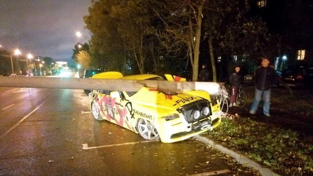 В Минске российский блогер на автомобиле Rolls-Royce снёс столб