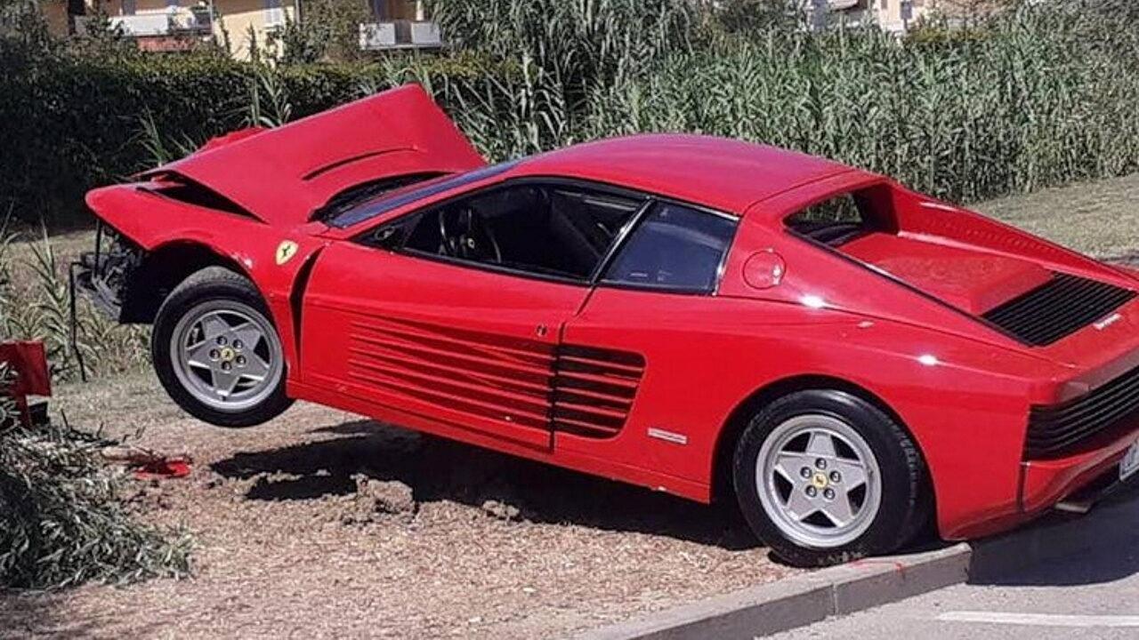 70-летний итальянец решил снять видео для социальных сетей и разбил свой Ferrari Testarossa
