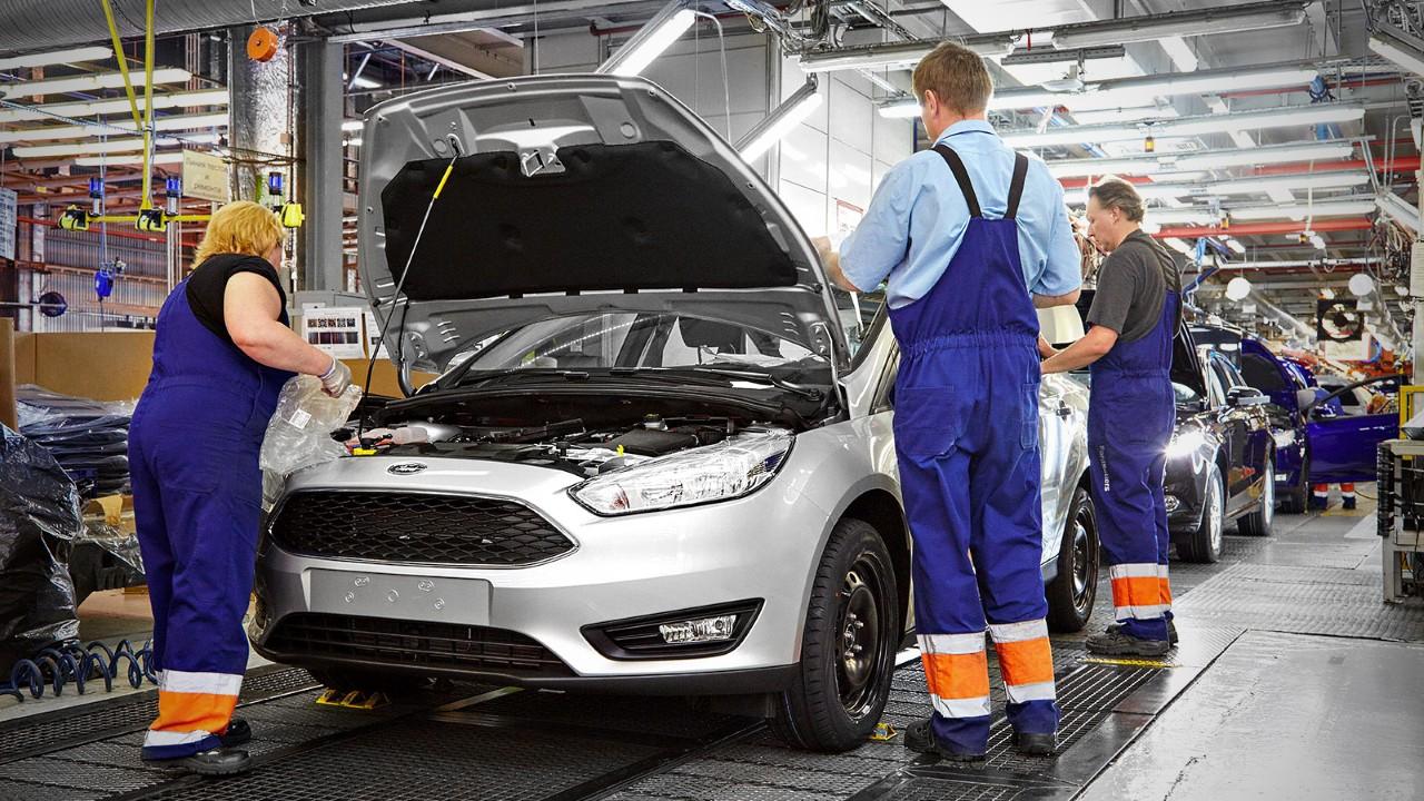 Конвейер на современном заводе Ford