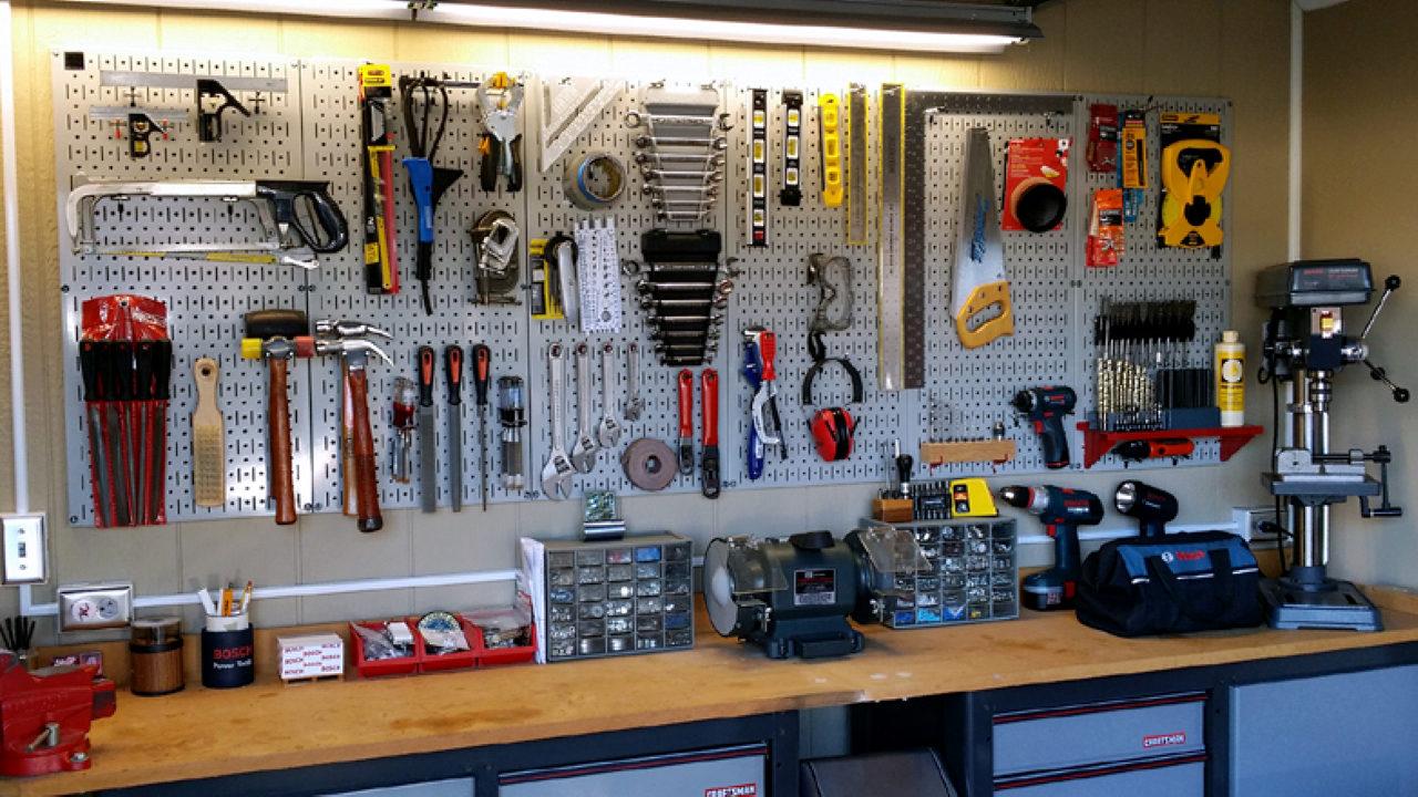 Инструмент на стене в гараже